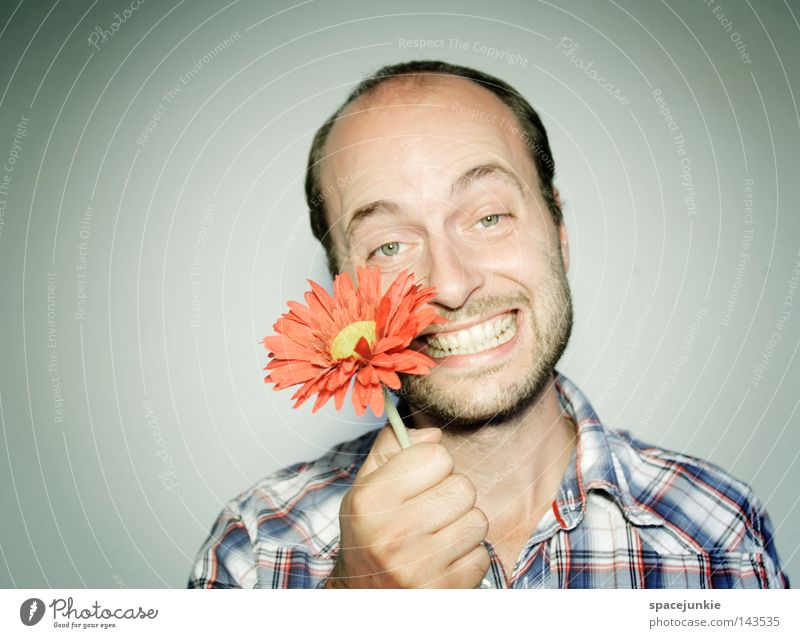 Flower for You Mann Porträt Blume Freundlichkeit Pflanze Hippie Geschenk schenken Freude lustig grinsen lachen Garten Gärtner Natur Valentinstag