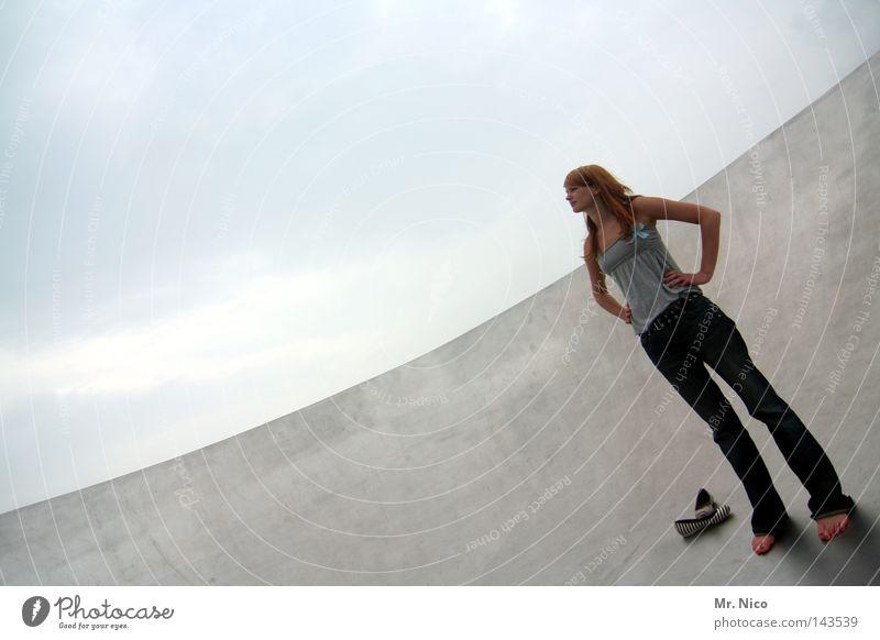 stehparty Frau Mensch Himmel Wolken Erwachsene Einsamkeit feminin grau Beine Linie Kraft Arme Haut warten groß