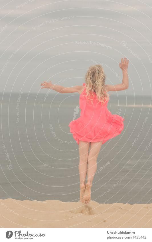 Fliegen lernen Lifestyle Spielen Sommer Strand Meer Mensch Kind Mädchen Kindheit Leben 3-8 Jahre Natur fliegen springen blau orange Gefühle Glück ästhetisch