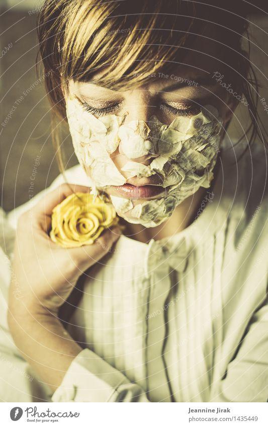 unvergessen schön Wellness Sinnesorgane Erholung ruhig Duft feminin Kopf Hand 1 Mensch Rose festhalten schlafen träumen Traurigkeit Geborgenheit Zufriedenheit