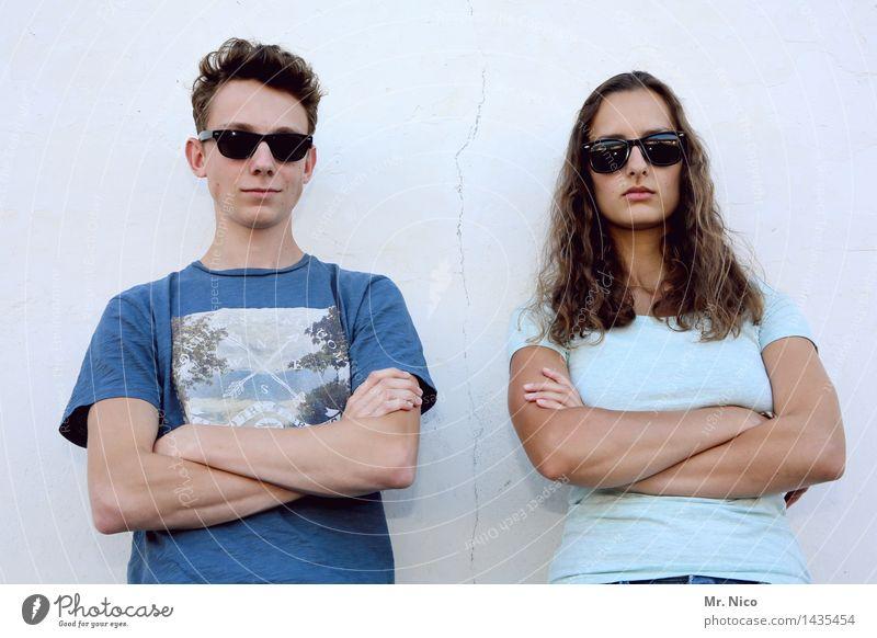 türstehernachwuchs Lifestyle Junge Frau Jugendliche Junger Mann Arme 2 Mensch Mauer Wand Sonnenbrille brünett kurzhaarig langhaarig Coolness trendy Kraft loyal