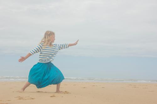 Tief durchatmen Mensch Kind Ferien & Urlaub & Reisen Sommer Erholung Meer ruhig Mädchen Strand Leben Lifestyle Stimmung Zufriedenheit Freizeit & Hobby Wellen