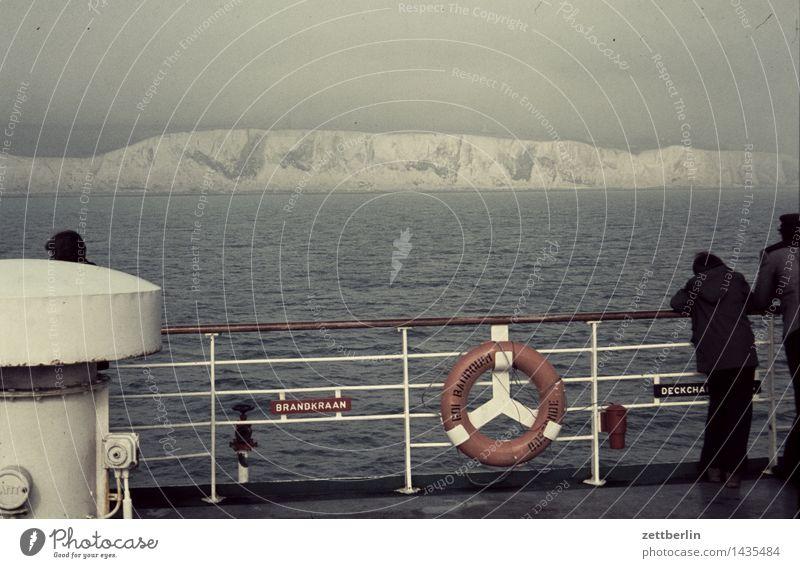 Fähre Wasserfahrzeug Schifffahrt Rettungsring Reling Küste Seeufer Flussufer Meer Kanal Wasseroberfläche Aussicht Überfahrt England Europa Ferne