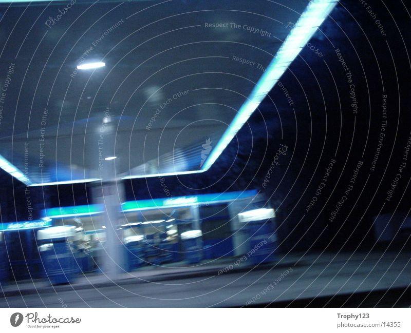 BlueTanke Tankstelle Nacht Verkehr blau 50km/h