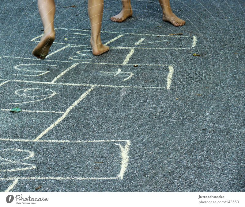 Tempelhüpfen Kind Straße Spielen Beine Fuß Kindheit Sportveranstaltung Barfuß Konkurrenz