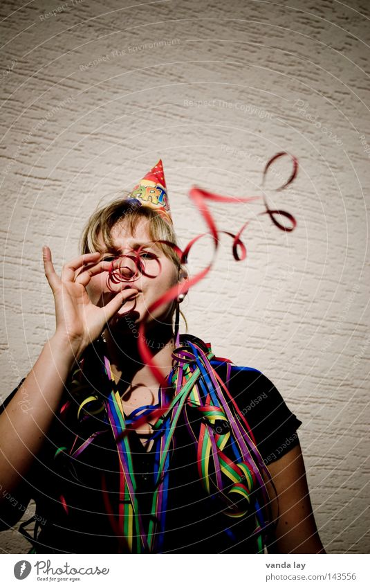 ...bis hinter Wuppertal... Frau Mensch Freude Leben Party Musik Feste & Feiern blond Geburtstag Silvester u. Neujahr gut Karneval Hut blasen Laune Luftschlangen