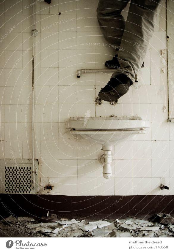 ERSTBEGEHUNG Mann alt Wasser grün schön Einsamkeit ruhig Wand Beine Fuß Linie Raum dreckig groß stehen kaputt