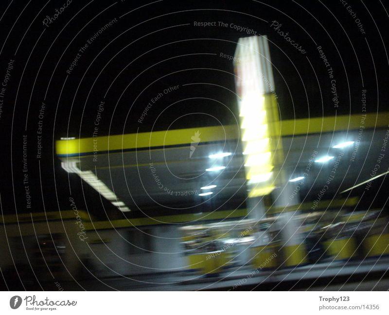 YwelloTanke gelb Tankstelle Nacht Verkehr 50km/h