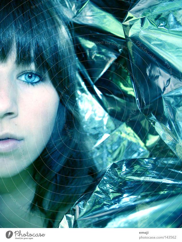 silver falsch kalt Hälfte Frau Folie geradeaus bewegungslos Blick neutral Club Jugendliche Surrealismus silber Coolness blau blue Gesicht face half skin Haut