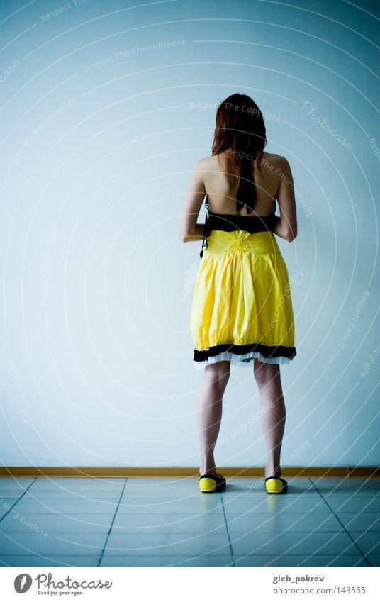 Frau Mensch Hand gelb Mund Raum Behaarung Innenarchitektur Bekleidung stehen Häusliches Leben Körperhaltung Kleid Hälfte Tribüne