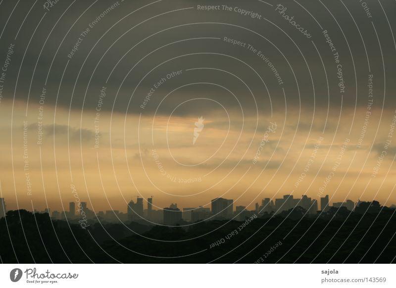 morgenstimmung Himmel Wolken Gewitterwolken Horizont Nebel Regen Baum Stadt Stadtzentrum Hochhaus bedrohlich dunkel nass grau Stimmung Dunst Singapore