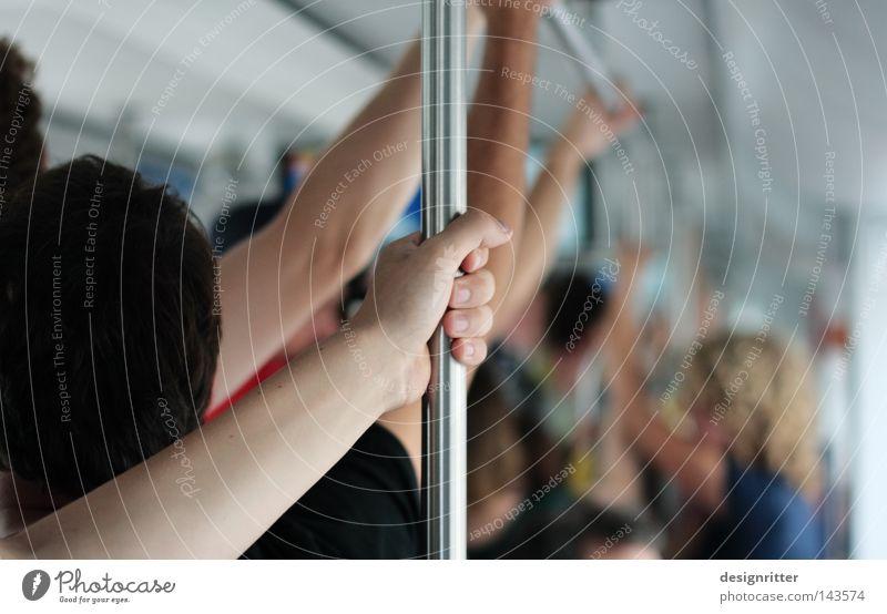 Kuscheln am Feierabend Farbfoto Detailaufnahme Textfreiraum rechts Schwache Tiefenschärfe Mensch Menschenmenge Verkehrsmittel Berufsverkehr Eisenbahn S-Bahn