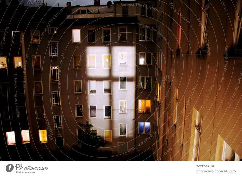 Nacht von vorn Fenster Fassade Haus Hof Hinterhof Stadthaus Fensterkreuz Nachtlicht Licht Lichterscheinung Erscheinung Aussehen Lampe Beleuchtung erleuchten