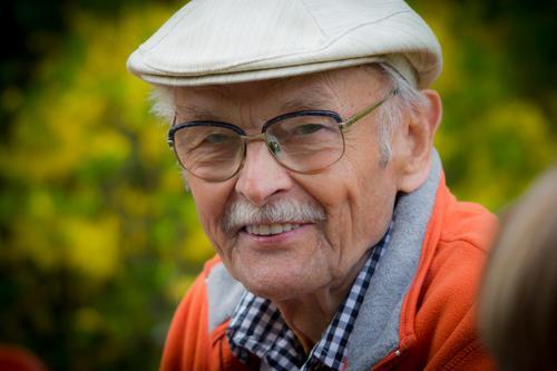 Smiling Old Man With a Grey Beard Lifestyle Stil Glück Gesundheit Gesundheitswesen Seniorenpflege Leben Wohlgefühl Zufriedenheit Ferien & Urlaub & Reisen Mensch