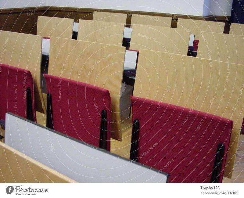 Raum 111 weiß rot Architektur Studium Bank Bildung Klapptisch