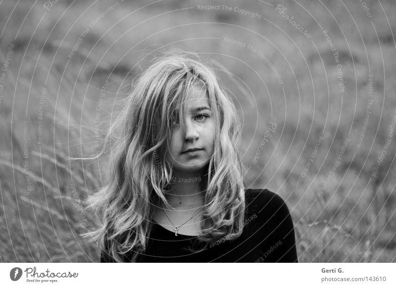 wild thing Mädchen Jugendliche Kind Porträt Wind wehen Haare & Frisuren zerzaust buschig durcheinander Haarsträhne langhaarig blond Grauwert Feld