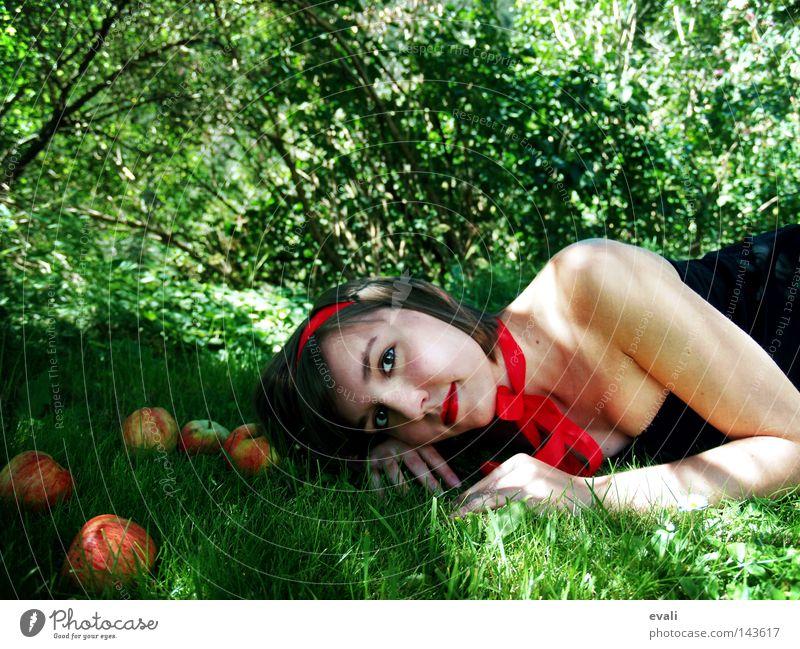 Alice in Wonderland Frau grün rot Sommer Auge Wald Gras Kleid liegen Apfel Porträt Schleife