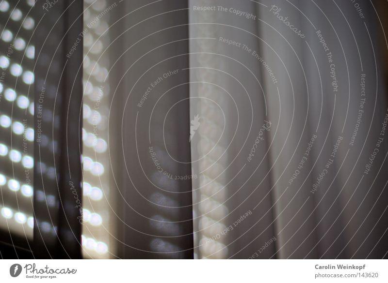 Tagtraum. Gardine Tennis Rollo Jalousie Licht dunkel Lichtspiel träumen Detailaufnahme Vorhand Schatten Falte Graffiti abdunkeln hell Punkt