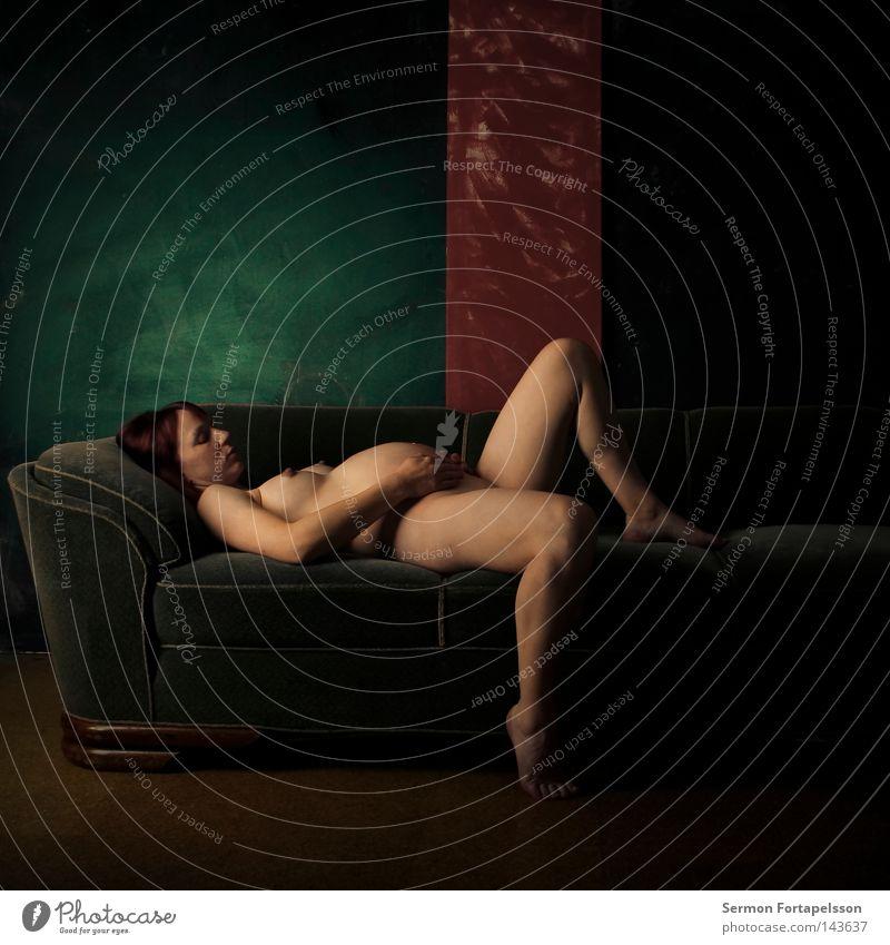 PN 1301 Frau nackt schwanger Sofa grün rot Licht schlafen Embryo Geburt Fortpflanzung feminin Akt Haut liegen alt Leben Weiblicher Akt