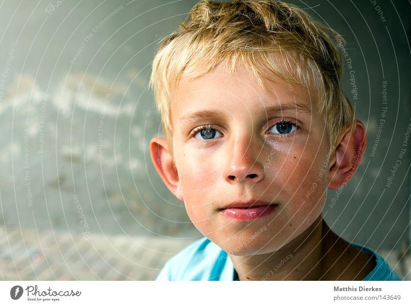 Unschuldslamm Mensch Kind rot Gesicht ruhig Junge Wand Haare & Frisuren Stein Denken Zufriedenheit blond klein Hintergrundbild Nase Porträt