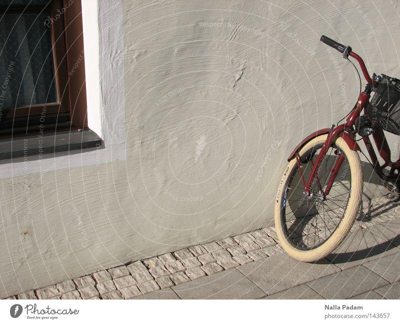 Parkposition Farbfoto Außenaufnahme Menschenleer Tag Schatten Starke Tiefenschärfe Fahrrad Mauer Wand Fenster Verkehr hell trendy grau rot weiß Bürgersteig