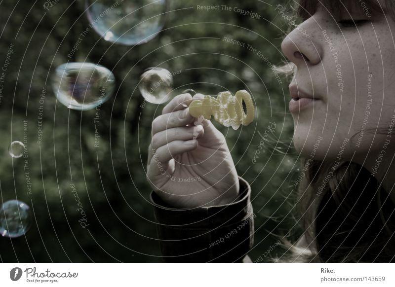 Seifenblasen. Freude Spielen Freiheit Mensch feminin Junge Frau Jugendliche Kindheit 1 18-30 Jahre Erwachsene Umwelt Natur Luft Frühling Sommer Herbst Wind