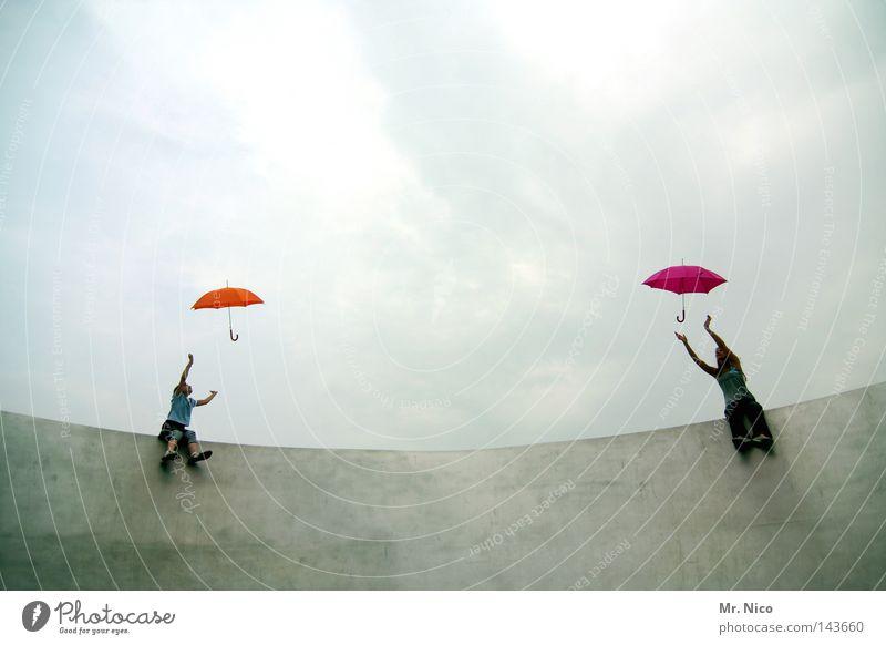 synchromregenschirmhochwurfimsitzenwettbewerb Himmel Kind Mädchen Sommer Freude Wolken Liebe dunkel Familie & Verwandtschaft Freiheit grau Wärme Metall Paar