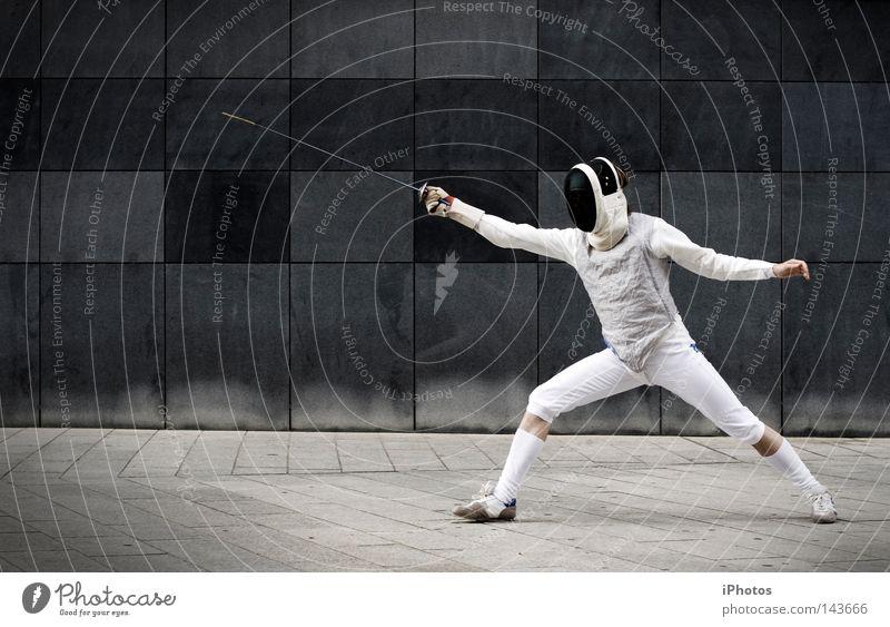 street | knight grau Mauer Anzug Uniform Defensive Waffe Wand kämpfen Fechten stehen attackieren Schutz Mann maskulin Mut Strümpfe Handschuhe Zufriedenheit