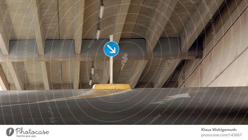 abwärtz Lampe Metall Beton Asphalt Pfeil parken Garage Pfosten Parkhaus Fahrbahn Straßennamenschild Verkehrszeichen Hochgarage