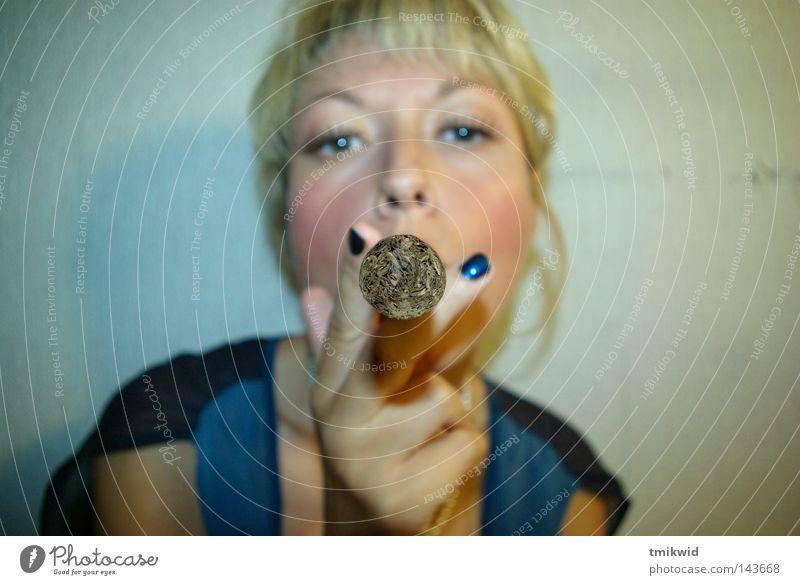 Frau blond Finger Fischauge Zigarre sprengen