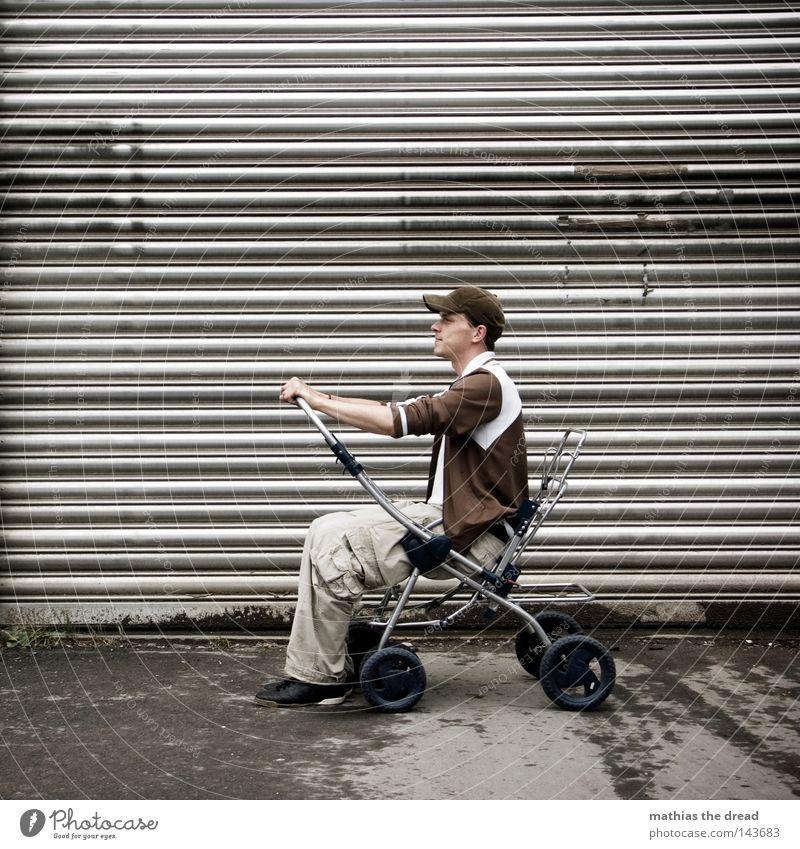 BLN 08 | FIRST CAR Erwachsene sitzen Kinderwagen Rolltor 1 Mensch Ein junger erwachsener Mann