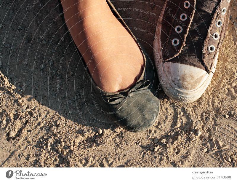 Paar Schuhe Damenschuhe Herrenschuhe Turnschuh Chucks Staub dreckig staubig Aschenputtel Mann Frau Jugendliche Zuneigung Interesse Gefühle Liebe Zärtlichkeiten