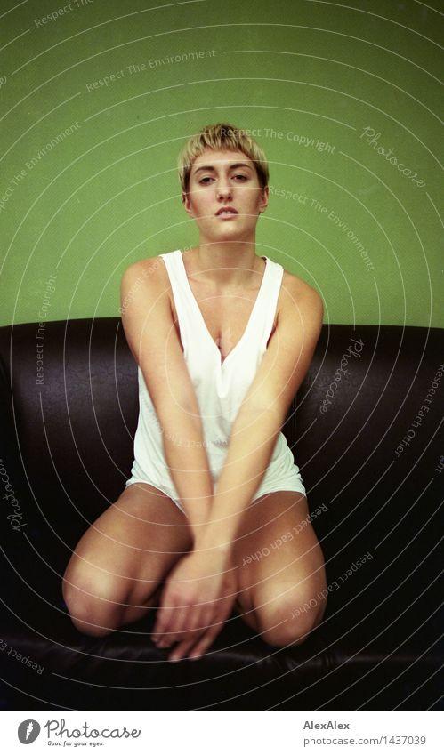 re: Erholung ruhig Junge Frau Jugendliche Körper 18-30 Jahre Erwachsene Unterwäsche blond kurzhaarig Sofa grün beobachten knien warten ästhetisch sportlich