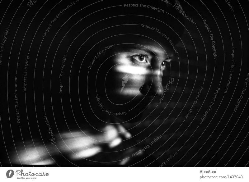 900 | beobachtet Junge Frau Jugendliche Auge 18-30 Jahre Erwachsene Schattenspiel Lichtschein Lichtspiel beobachten geheimnisvoll verborgen Kriminalroman