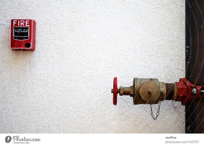 FIRE Feuer Feuerwehrmann Feuerwehrauto Hydrant Alarm Brand gefährlich brennen zündeln anzünden Rettung Wasser löschen Eisenrohr rot weiß Detailaufnahme
