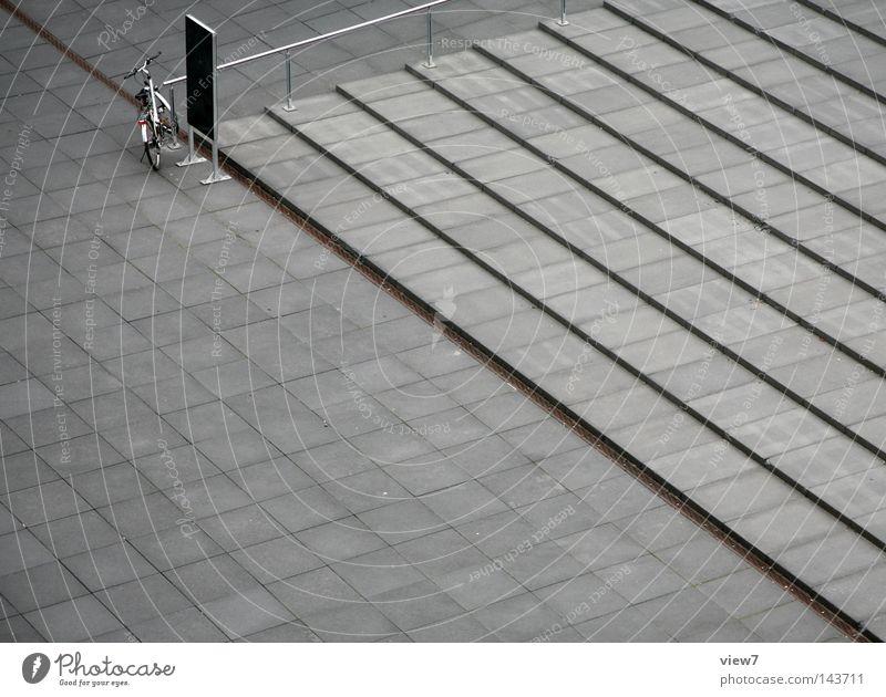 Diagonalität Einsamkeit Fenster Architektur grau Freiheit Stein gehen Treppe frei Fahrrad trist Platz Beton Hinweisschild Zeichen Neigung