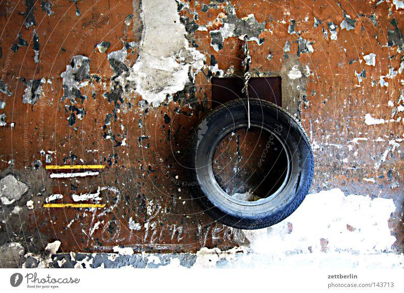 Pferdehalfter Rad Reifen alt Wand Garage Dienstleistungsgewerbe Handwerk verfallen winterreifen sommerreifen verschlagwortungsschwierigkeiten