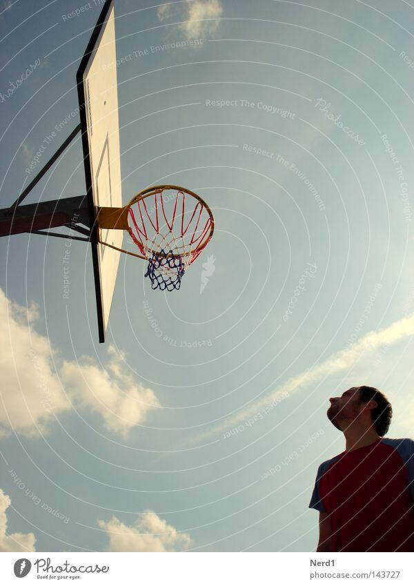 Überschaubar Himmel Korb Wolken blau Mann Blick Sport Luft hell-blau Basketball mehrfarbig Spielen Basketballer Basketballkorb Silhouette Textfreiraum oben