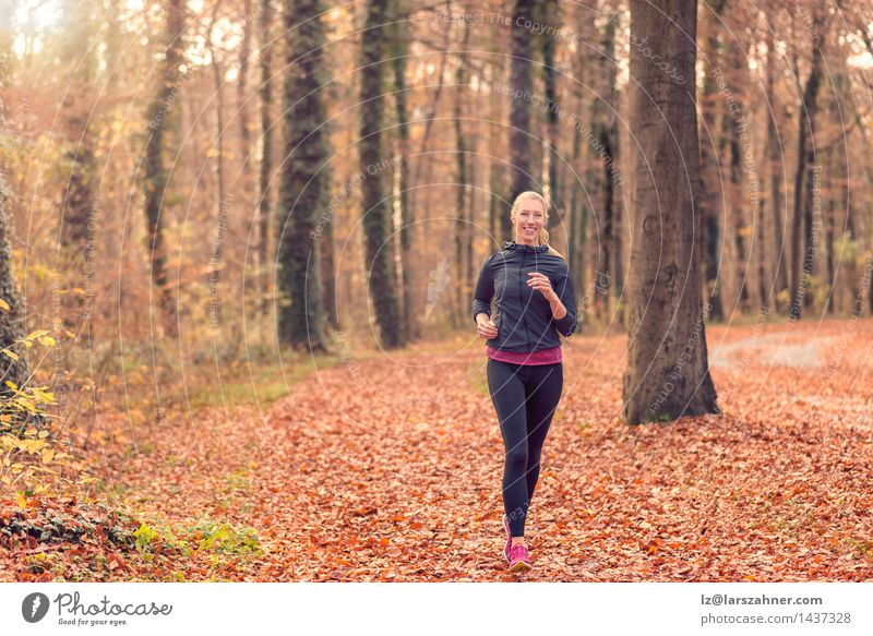 Frau Natur Wald Gesicht Erwachsene Herbst Sport Lifestyle frisch Körper blond Lächeln Fitness Diät Entwurf Läufer