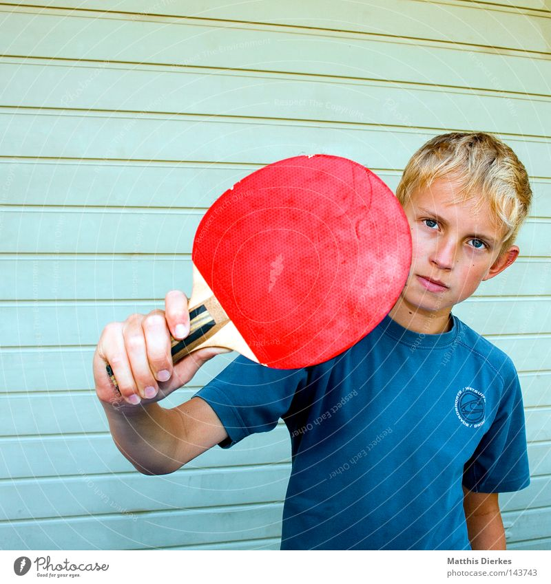 Bimo Toll klein maskulin Kind T-Shirt Porträt zielstrebig Entschlossenheit Tischtennis Tischtennisschläger Ballsport Aufschlag Körperhaltung Nachkommen Tennis