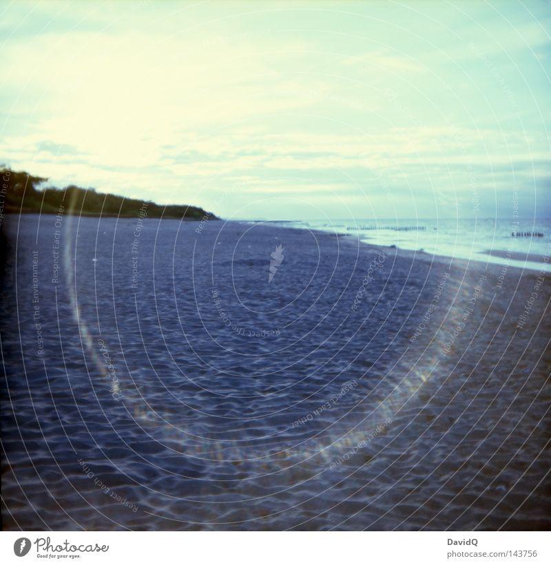 Halo Meer See Gewässer Wellen Brandung Wellengang Wellenschlag Strand Sandstrand Badestelle Küste Seeufer Wolken Horizont Sommer Lomografie Ostsee großer Teich