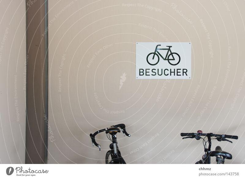 BESUCHER Besucher Öffentlicher Personennahverkehr parken Fahrrad Fahrradständer 2 Sattel Fahrradsattel Ordnung Schilder & Markierungen Hinweisschild treten