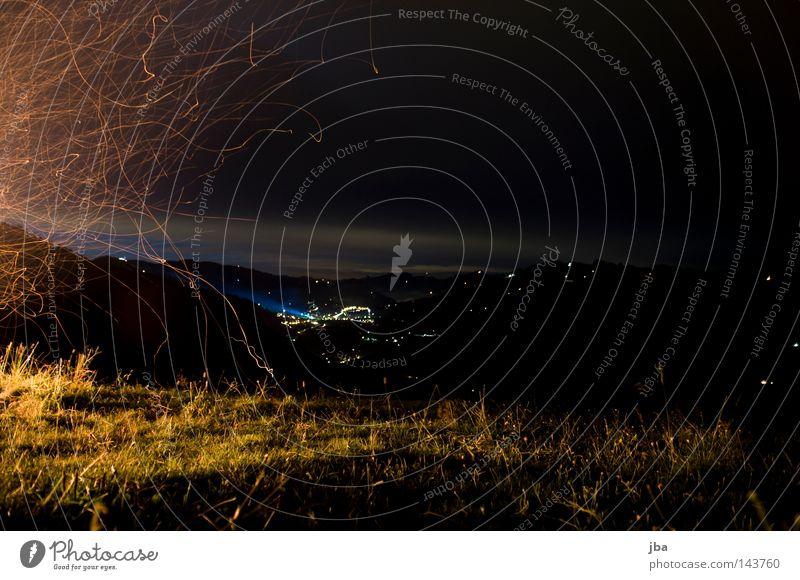 am 1. August Himmel Wolken Wiese Gras Beleuchtung Feuer Aussicht Schweiz Dorf Halm Grundbesitz Feiertag Glut Patriotismus Nationalfeiertag