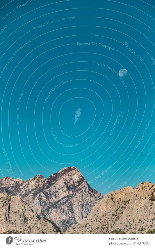 Gebirge im Mondschein am Tage Himmel blau Landschaft ruhig Berge u. Gebirge Wege & Pfade Freiheit braun Felsen frei Idylle wandern ästhetisch hoch beobachten