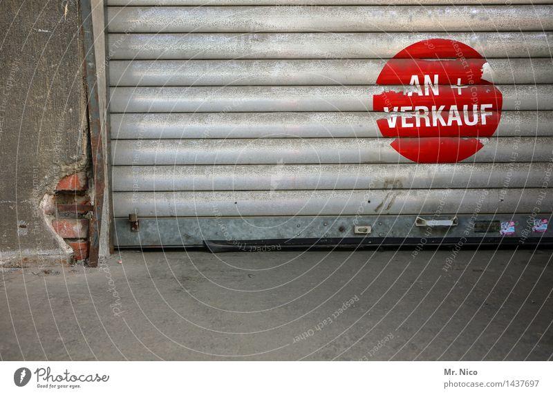 sofa ist verkauft ! Industrieanlage Tor Gebäude Mauer Wand grau rot verkaufen Handel Rolltor Rampe Punkt geschlossen Lagerhalle Laderampe Steinboden Warenlager