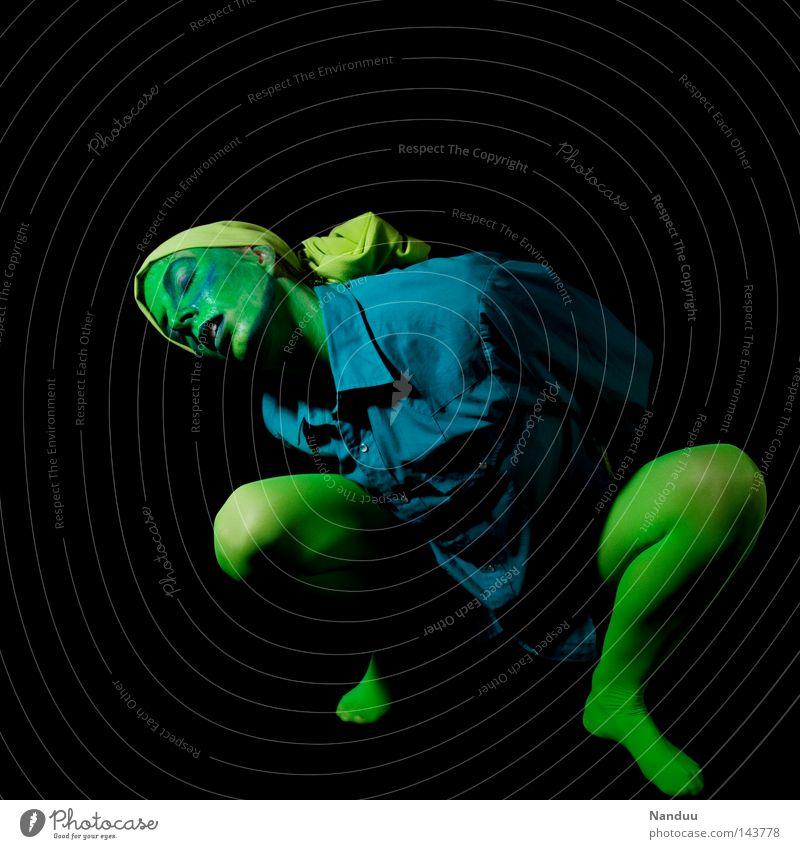 seufzen Mensch blau grün schwarz ruhig gelb dunkel Gefühle Traurigkeit träumen Tanzen Trauer Körperhaltung Stoff Vergänglichkeit Frieden