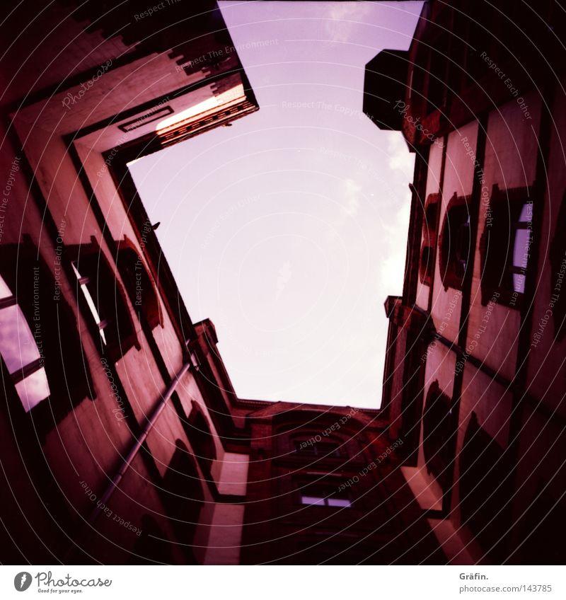 Blick hinauf Himmel alt Sommer Wolken Haus dunkel Wand Fenster Architektur Wärme hoch Physik Backstein historisch Platzangst