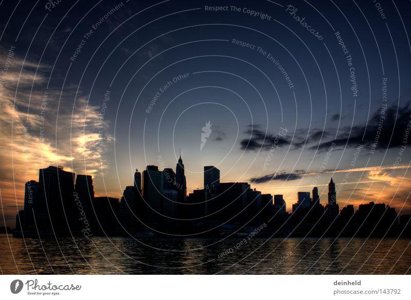USA dem (Sonnen-)Untergang geweiht...? ;-) Stars and Stripes Amerika Farbe Stimmung New York City Wolken Himmel Sonnenuntergang blau schwarz orange Haus