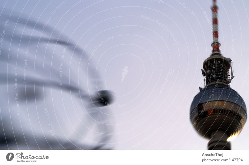 neben der weltzeit Berliner Fernsehturm Alexanderplatz Deutschland Weltzeituhr Tourismus Wahrzeichen Denkmal Tag der Deutschen Einheit alex lensbaby