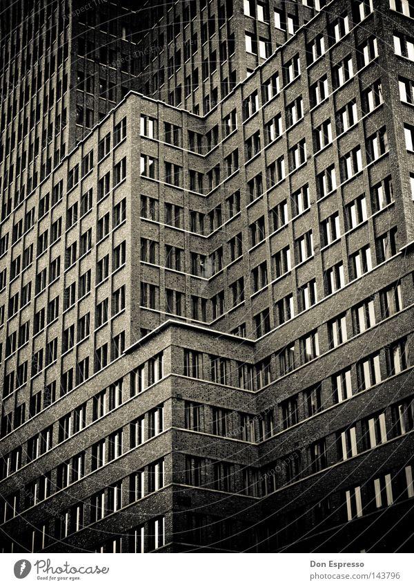 SINCITY Stadt schwarz dunkel Berlin Hochhaus Fassade Haus Fenster Kontrast unheimlich Angst bedrohlich Nacht gruselig Panik Schwarzweißfoto noir filmnoir